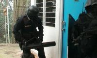 Percheziţii la o grupare infracţională specializată în furturi de produse petroliere şi braconaj cinegetic