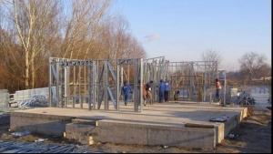 Casă nouă cu 300 de euro metrul pătrat. Cum se face şi cât durează construcţia casei pe structură metalică