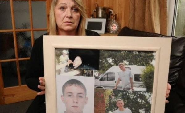 După 5 ani de când i-a murit fiul, si-a făcut curaj să-i ia hainele de la politie! A rămas socată când a văzut CE I-AU DAT