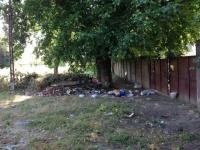 Ploiestean cu probleme psihice, in atentia politistilor dupa ce si-a transformat terenul in rampa de gunoi