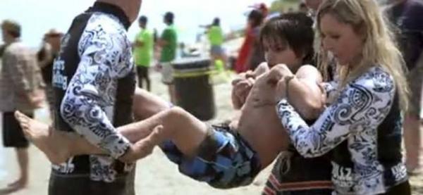 Si-a aruncat fiul in ocean, dar motivul pentru care a facut asta te va face sa plangi. Ce face el este o lectie de viata