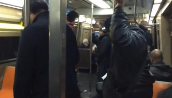 Ce se întâmplă când un şobolan pătrunde în vagonul unui metrou, la New York. Reacţia călătorilor, VIRAL pe Internet (VIDEO)