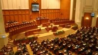 Amnistia pentru bugetari şi reducerea CAS cu 5%, adoptată în unanimitate de către deputaţi