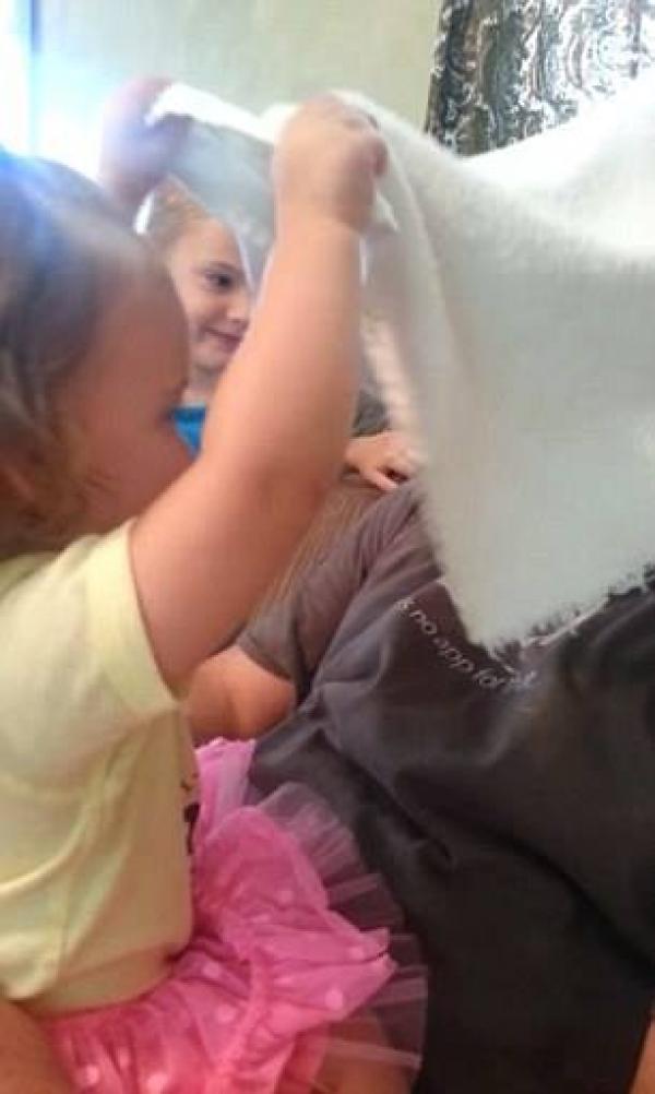 Reactia incredibila a unei fetite cand isi da seama ca taticul ei si-a dat jos barba! Se jucau impreuna, cand micuuta a avut un soc