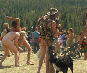 Scandal de proporţii. Zece mii de nudişti au coborât într-un parc în care se aflau două tabere de fete de religie mormonă