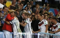 Angela Merkel a sărbătorit alături de jucătorii germani