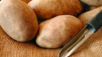Asta este metoda de curăţat cartofi care face furori pe internet. VIDEO