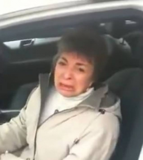 Un fiu si-a dus mama la o reprezentanta auto si a pus-o sa urce intr-un Mercedes!  Uite ce i-a zis apoi...