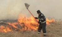 Incendii de vegetatie uscata, in cascada, in Prahova. Neatentia oamenilor a parjolit peste 70 de hectare de teren