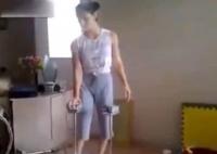 O tânără din Rusia ULUIŞTE cu talentul său. Nu încerca aşa ceva acasă! (VIDEO)