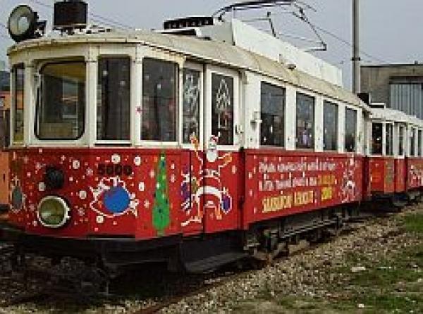 De sambata, ploiestenii isi pot plimba copiii cu tramvaiul lui Mos Nicolae