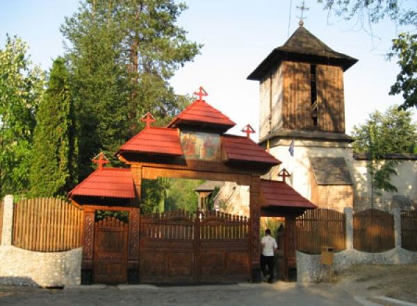 Batai crunte in Casa Domnului. Staretul manastirii Cotmeana, fugarit de credinciosii nemultumiti de efectele rugaciunilor platite
