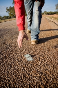 Ştiai că dacă găseşti ceva pe jos şi păstrezi rişti ÎNCHISOARE? Vezi ce spune Noul Cod Penal