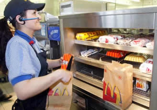 Vrei un job la McDonald's? Vezi aici ce salariu primesti la inceput si la cat poti ajunge