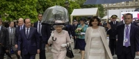 Regina Marii Britanii, elogiata in Franta, dupa ce si-a tinut singura umbrela, in timp ce primarita Parisului a avut nevoie de un bodyguard