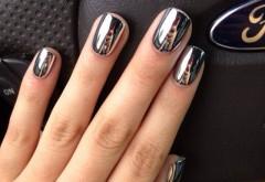 Starneste invidia tuturor cu cea mai noua moda in materie de manichiura: acestea sunt unghiile oglinda! Uite cum se fac