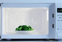 De ce să NU pui niciodată mâncarea în mijlocul cuptorului cu MICROUNDE