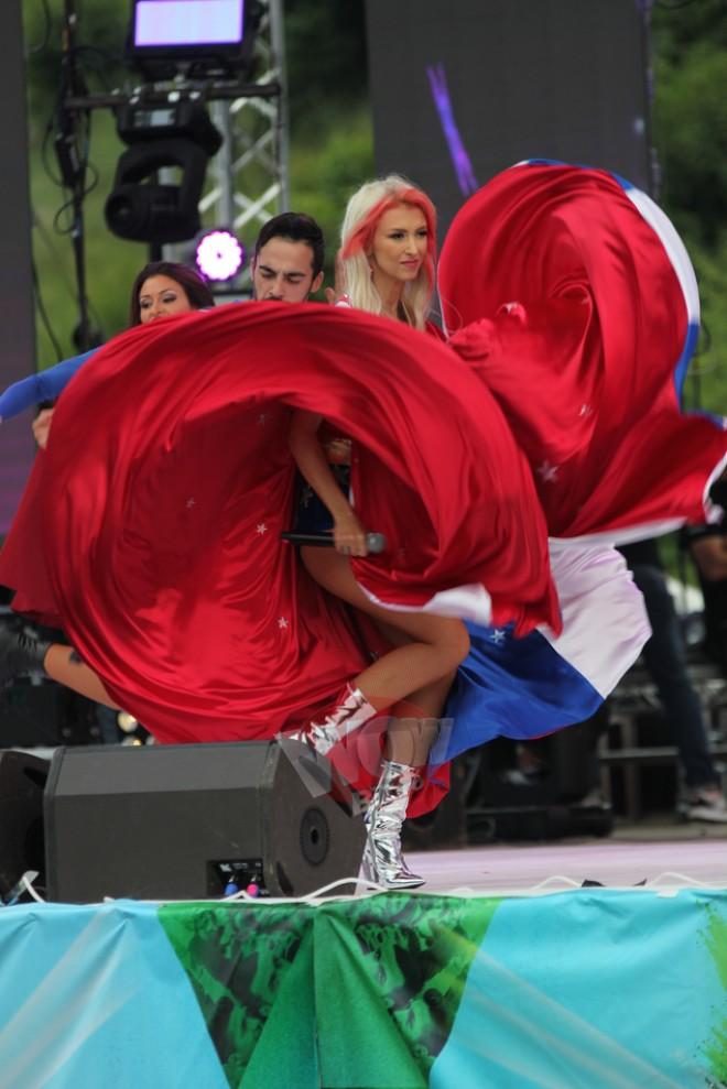 Imagini INTERZISE minorilor! Andreea Balan, din nou doar in sutien si chiloti pe scena! Dupa ce a nascut, cantareata promisese ca n-o sa mai apara aproape dezbracata la concerte! Spre bucuria barbatilor, vedeta s-a razgandit!