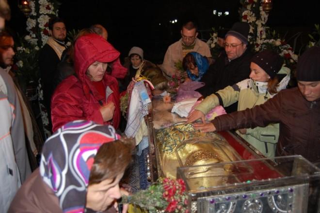 Ce a patit o fată dupa ce s-a rugat la Sf Parascheva! Caz uluitor!