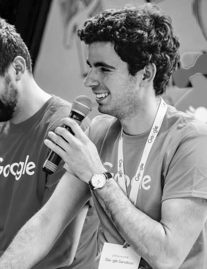 Românul care a petrecut cu bossul Facebook pe un portavion