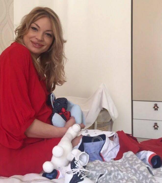 Breaking News  Valentina Pelinel a născut! Cristi Borcea, de 9 ori tătic