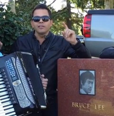 """Mori de ras! VIDEO / Jean de la Craiova i-a compus o manea lui Bruce Lee! Manelistul a cântat la mormântul actorului, din """"Seatăl"""""""