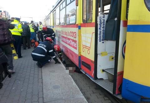 Imagini HORROR! O femeie a fost TĂIATĂ ÎN DOUĂ de un tramvai in Arad. ATENŢIE, imaginile vă pot afecta emoţional!
