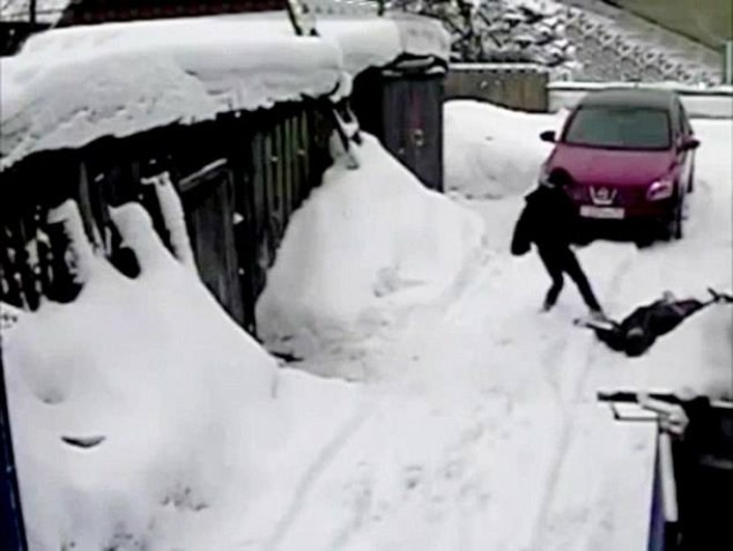 O vecina batrana i-a zgariat masina. Ce a facut soferita ca sa se razbune depaseste orice imaginatie. VIDEO