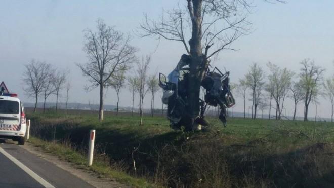 Accident îngrozitor! Un tânăr de 23 ani a murit după ce a ajuns cu bolidul într-un copac! Poliţiştii spun că nu au mai văzut aşa ceva - FOTOGALERIE ŞOCANTĂ