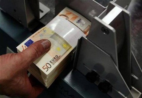 O bancă vrea să ANULEZE DATORIILE clienţilor