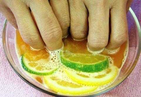 A stors o lamaie intr-un bol cu apa si sapun si a stat cu degetele in lichid 5 minute. E incredibil ce i s-a intamplat la unghii. Trucul pe care trebuie sa il incerci si tu!