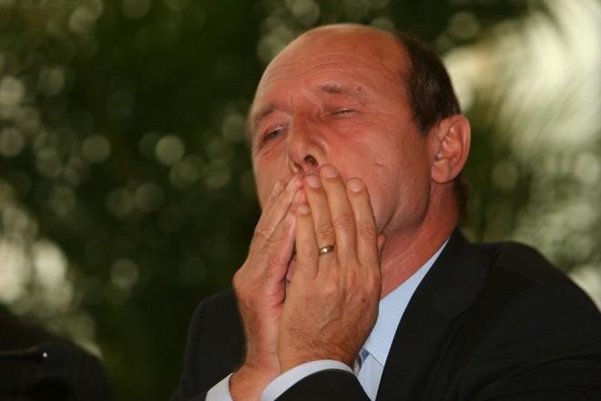 NEWS ALERT: Ce s-a întâmplat la ÎNMORMÂNTAREA socrului lui Traian Băsescu. V-aţi fi aşteptat la aşa ceva?