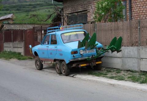 (Video) Un român și-a TUNAT Dacia 1300! I-a pus 7 roți și un plug pentru arat