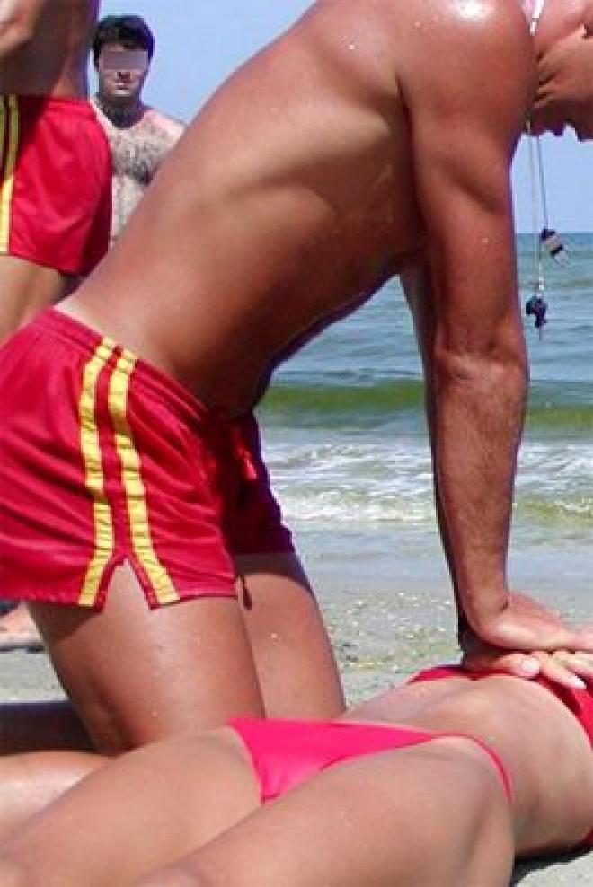 ULTIMA ORĂ! Panică pe o plajă din MAMAIA!  Din păcate, medicii au declarat decesul! Pe cine au scos salvamarii din apă