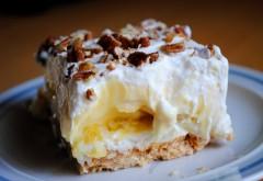 """""""Fantezie cu banane"""", o prăjitură foarte simplă şi delicioasă! Se face în doar 15 minute şi nu necesită coacere"""