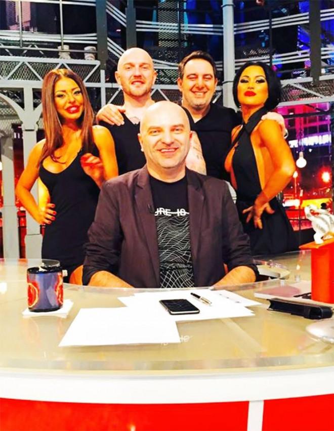"""Aseara a avut loc prima editie a emisiunii """"Xtra Night Show""""!  Noua prezentatoare a fost taxată de colegi, după ce s-a afişat cu decolteul la vedere"""