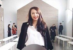 Tânăra din imagine se numește DENISIA și este româncă, iar acum se află la Milano! Vei rămâne uimit când vei vedea cum arată ținuta ei în partea de jos! Zeci de fotografi i-au făcut poze