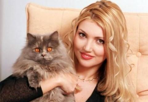 Iulia Fratila a fost la miss Romania in 1994, apoi a intrat in televiziune. S-a retras din cauza unei boli groaznice :( Acum s-a vindecat, traieste in Spania si arata ASA