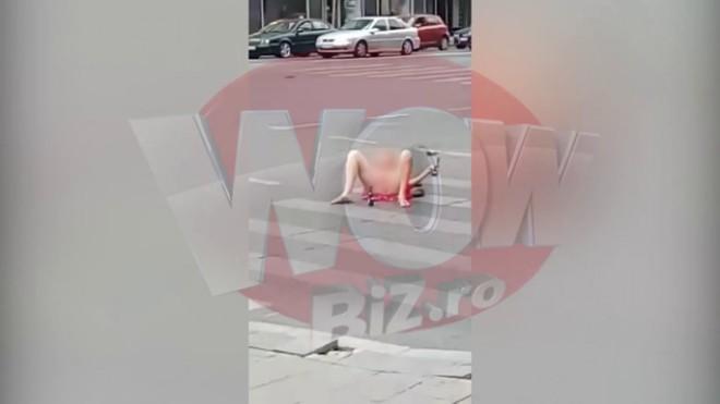 """Scene halucinante in centrul Bucurestiului! O femeie s-a dezbracat, s-a cracanat in mijlocul strazii si a inceput sa face gesturi obscene! Trecatorii au fost socati: """"De ce nu vine politia?"""""""