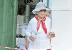 Așa arată Maria Ciobanu în afara scenei! La concert este o «Ciocârlie», pe stradă, bunicuță cu pălărie