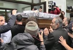 """Sicriul cu trupul actriţei Stela Popescu, depus în aplauze la Teatrul """"Constantin Tănase"""". Sute de oameni au venit să-şi ia ADIO"""