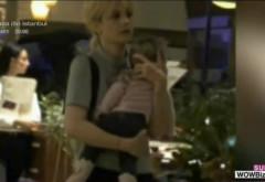 Simona Gherghe si-a scos fetita la plimbare in mall! Ana Georgia a stat in permanenta in bratele celebrei sale mamici! VIDEO