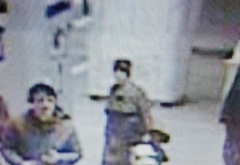 ȘOCANT! O femeie a vrut să împingă o călătoare pe șine în urmă cu puțin timp. Cea din imagini este AGRESOAREA! Vă rugăm, dați SHARE, să aflăm cine este!