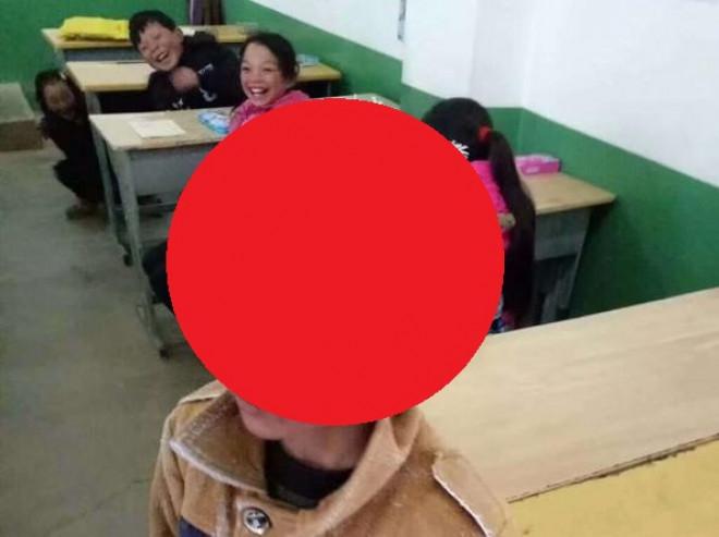 Un copil a mers 4 kilometri prin viscol si -9 grade. Cum arata cand a ajuns la scoala. Imaginea e greu de privit!
