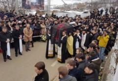 Şi pietrele au PLÂNS la înmormântarea părintelui ANTONIE! Tragedie fără margini în România (VIDEO)