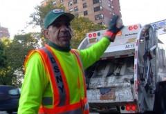 A fost gunoier timp de 30 de ani și a strâns în fiecare zi lucruri pe care alții le aruncau. Acum s-a aflat adevărul. Este uluitor ce se afla în casa bărbatului (VIDEO)