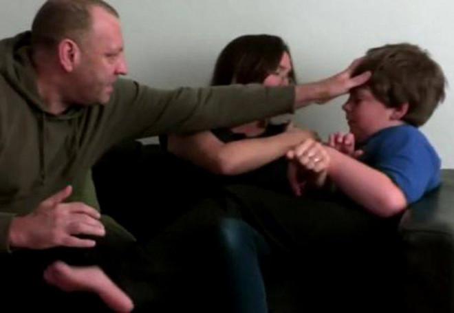 Ioan are doar 8 ani și își lovește și mușcă părinții până la sânge. Psihologul a analizat desenele micuțului și atunci a înțeles totul. Neașteptat de ce copilul are asemenea reacții violente