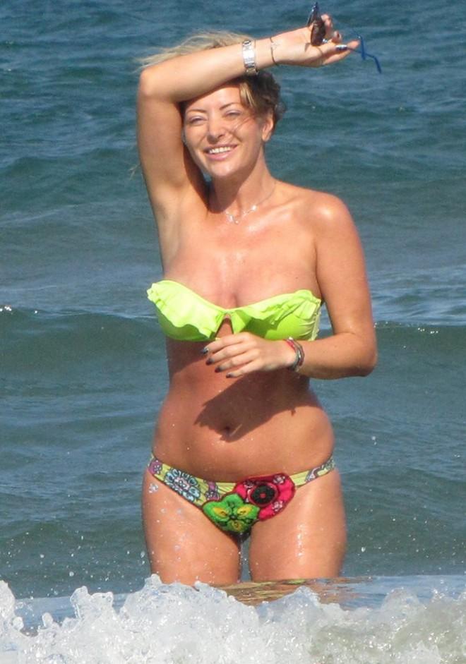 Delia, imagini BOMBA în bikini! Mărinimoasă din fire, cântăreața a arătat tot ce are mai frumos  FOTO AICI