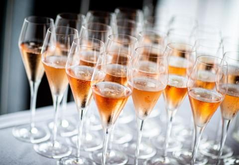 Rasfata-te cu un vin spumant delicios indiferent de moment!