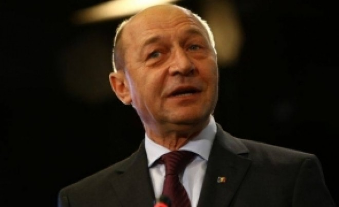 Traian Băsescu, la secția de votare. Cum a votat fostul șef de stat la referendum